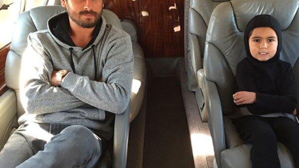 Ahora que el ex de Kourtney Kardashian ha salido de rehabilitación, aprovecha los días para pasear con su hijo mayor en un jet privado.