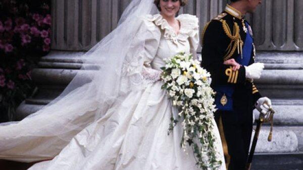 La llamada `boda del siglo´ será recordada siempre por el enlace de Diana y Carlos, pero también por el impresionante vestido de novia diseñado por Elizabeth y David Emmanuel y con casi ocho metros de cola.