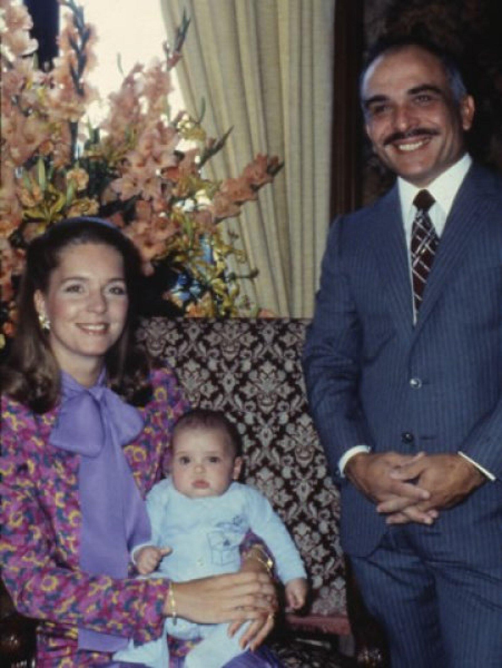 El rey Hussein de Jordania  y Noor con su hijo de cuatro meses, Hamza, durante una visita a Alemania en 1980.