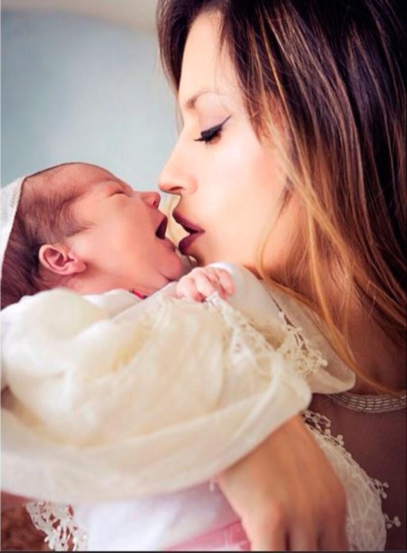 A menos de un mes de su nacimiento, la argentina publicó en Instagram la primera fotografía de su segunda hija junto al actor Aarón Díaz.