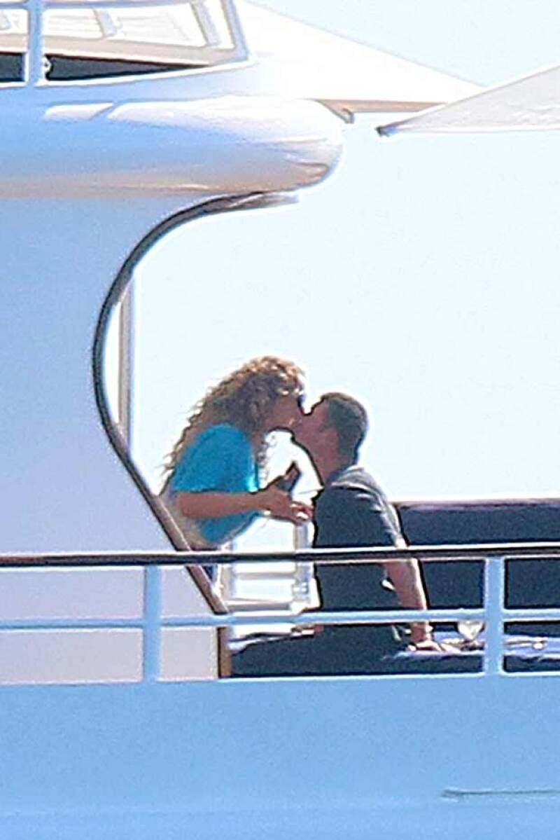 La pareja se dejó ver muy enamorada durante su paseo en el yate del multimillonario.