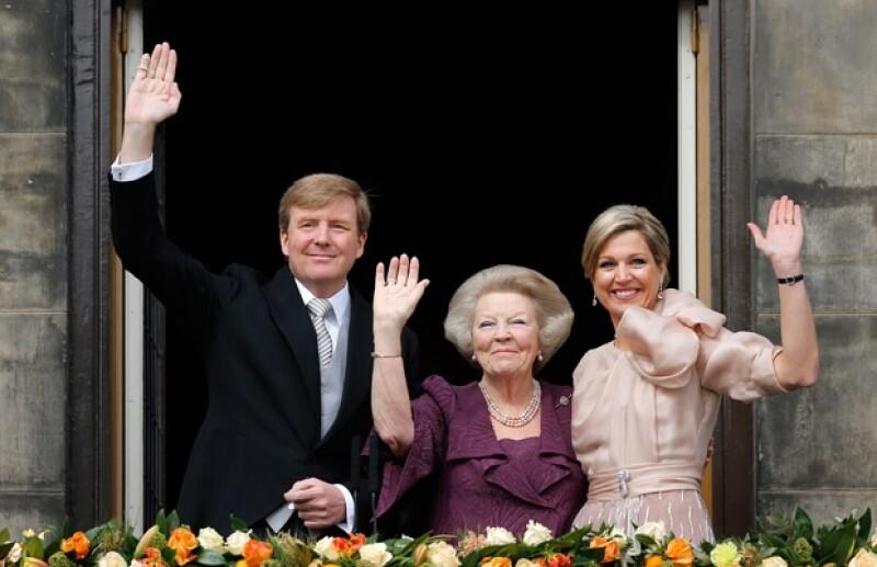 Tras 33 años de reinado, la hoy princesa Beatriz firmó un documento con el que finalizó su reinado. Ahora su hijo Guillermo y Máxima serán los reyes.