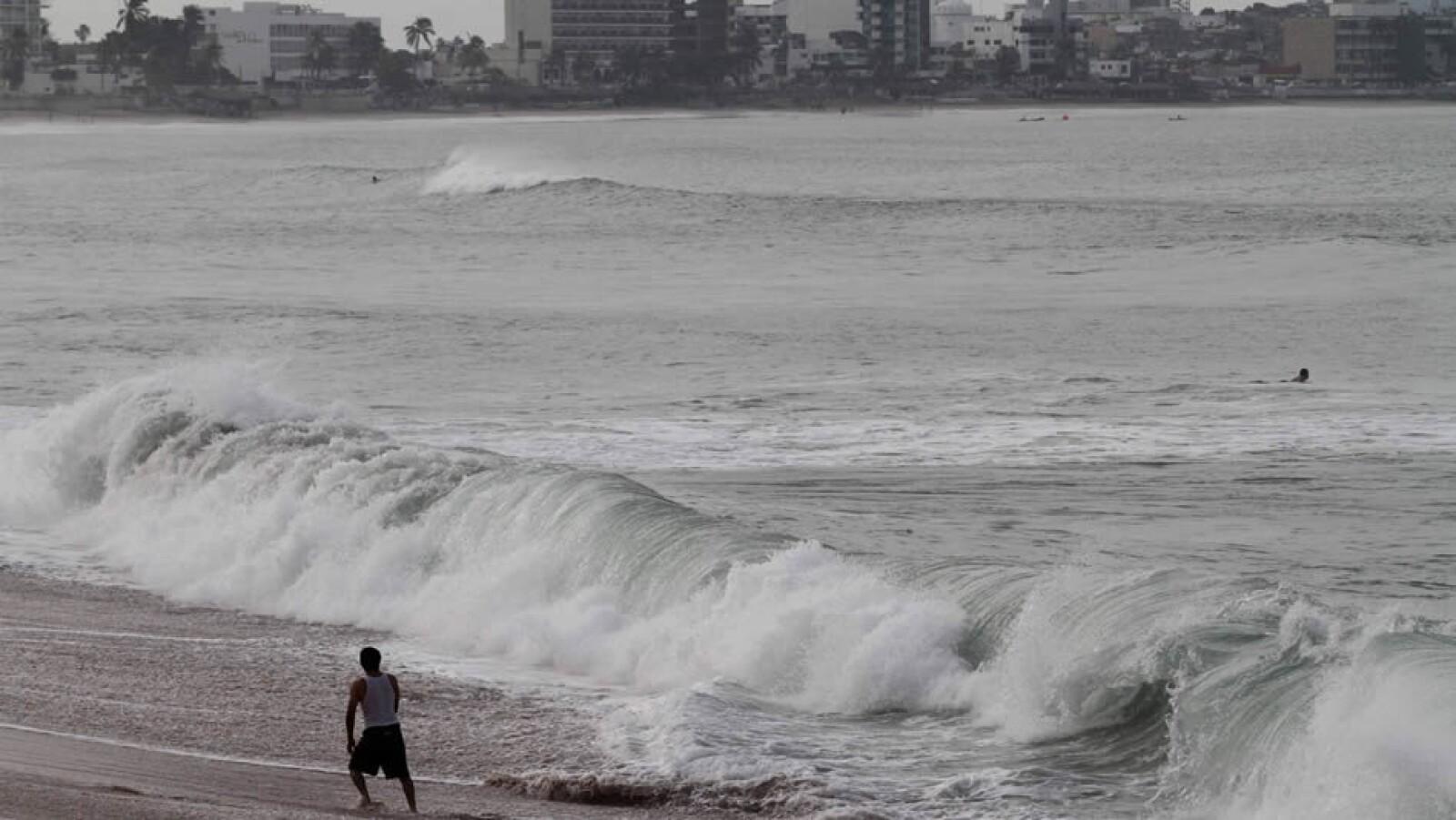 Las olas que provoca el paso de 'Odile' en la playa de Mazatlán, Sinaloa