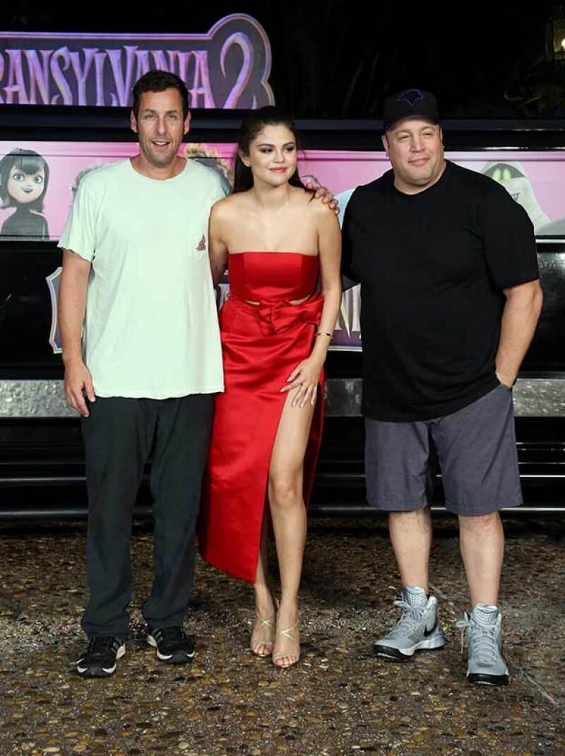 La actriz posó junto a Adam Sandler y Kevin James, quienes también participan en la película animada.