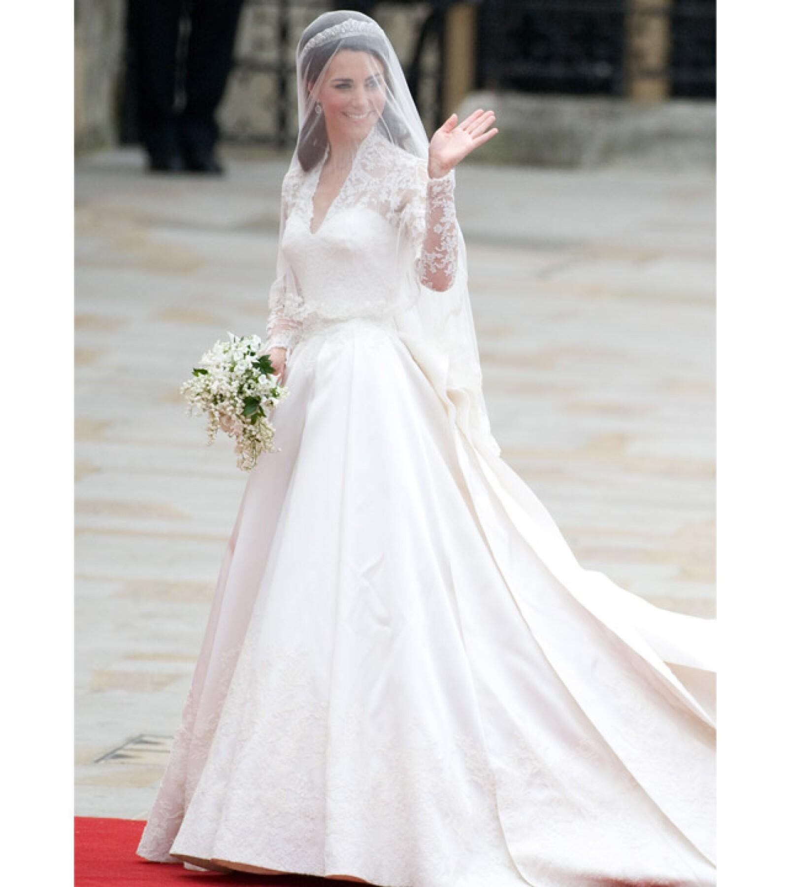 El encaje del vestido fue confeccionado por la Real Escuela de Costura y tras la ceremonia el vestido fue exhibido en el Palacio de Buckingham.