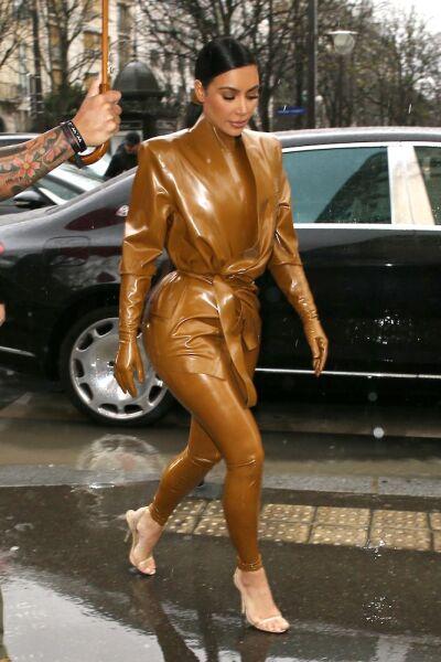 Kim Kardashian West en Paris Fashion Week con un look de latex Balmain