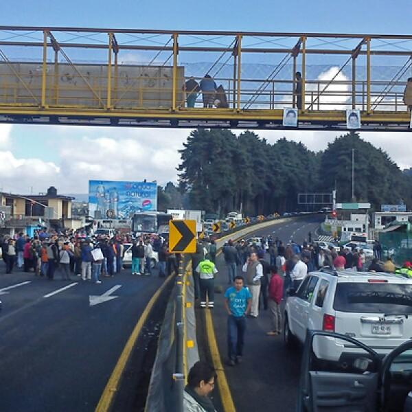 Las autoridades habilitaron retornos para que los automovilistas no se quedaran varados.