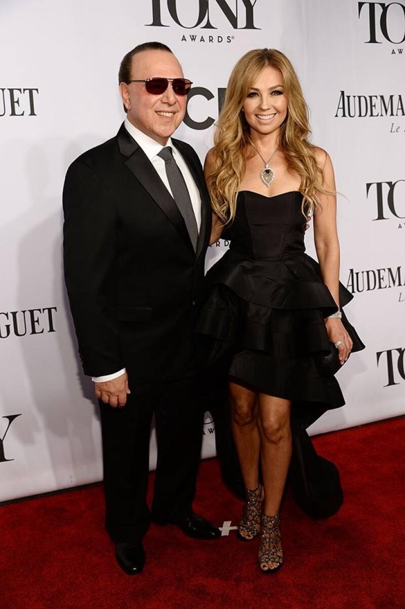 Thalia y Tommy Mottola posaron sonrientes en la red carpet.