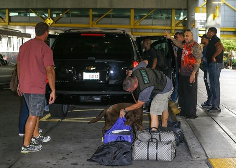 A su llegada a Miami su camioneta fue revisada por personal de la policía y por perros sabuesos, esperando encontrar droga.