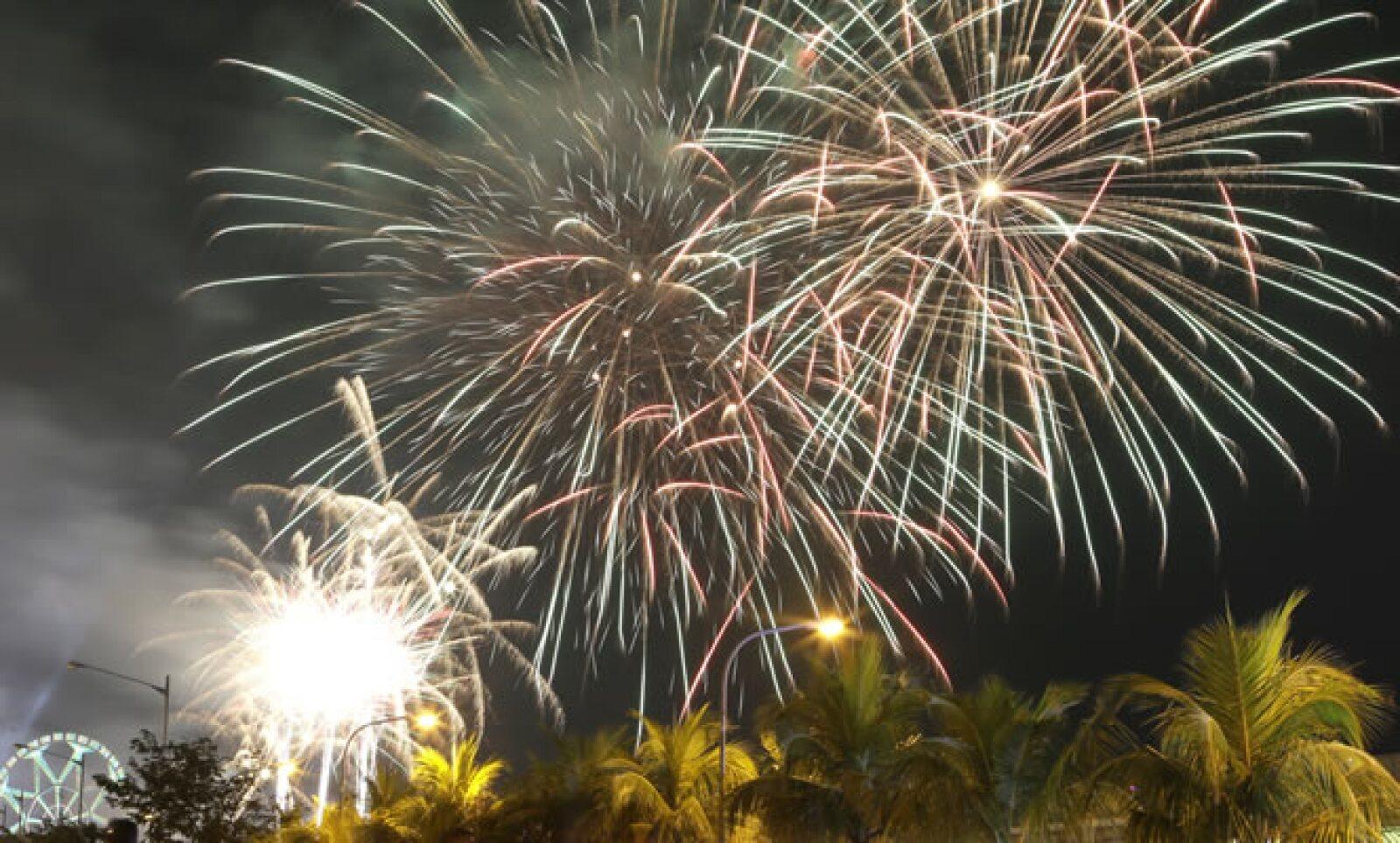 Pese a las restricciones del Gobierno a los fuegos artificiales, en la bahía de Filipinas así recibieron el 2013.