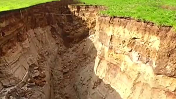 Un socavón gigante se abre en medio de una granja en Nueva Zelandia