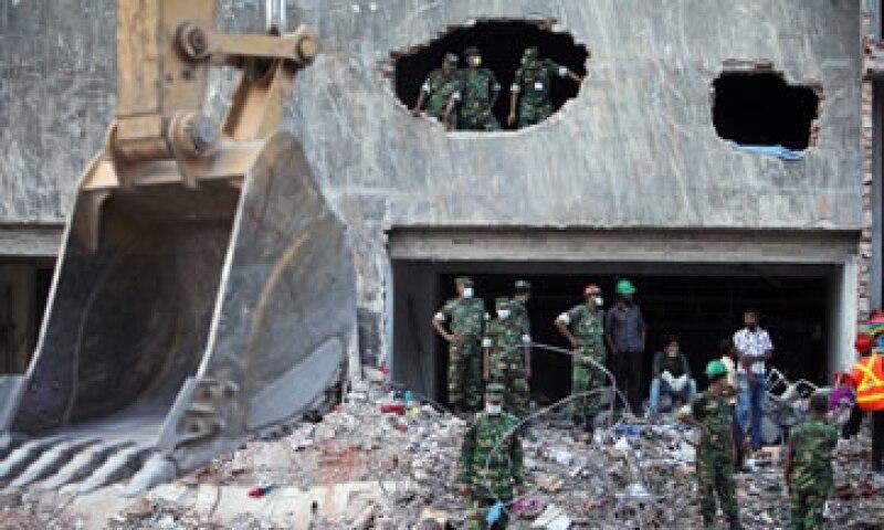 Inspectores contratados por Walmart reportaron una condición potencialmente peligrosa en otra de las fábricas que utiliza en Bangladesh. (Foto: AP)
