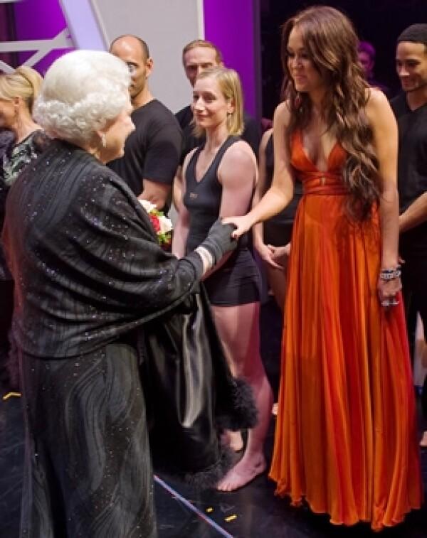 Miley Cyrus también conoció a la Reina de Inglaterra.