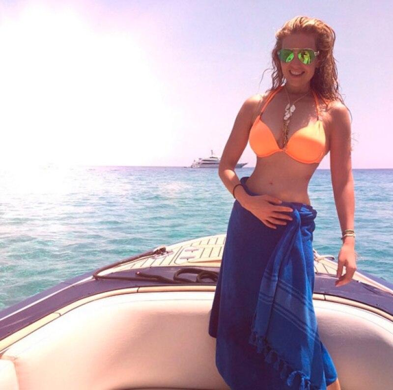 De 44 años y con dos hijos, Thalía impresiona con su mini cintura.