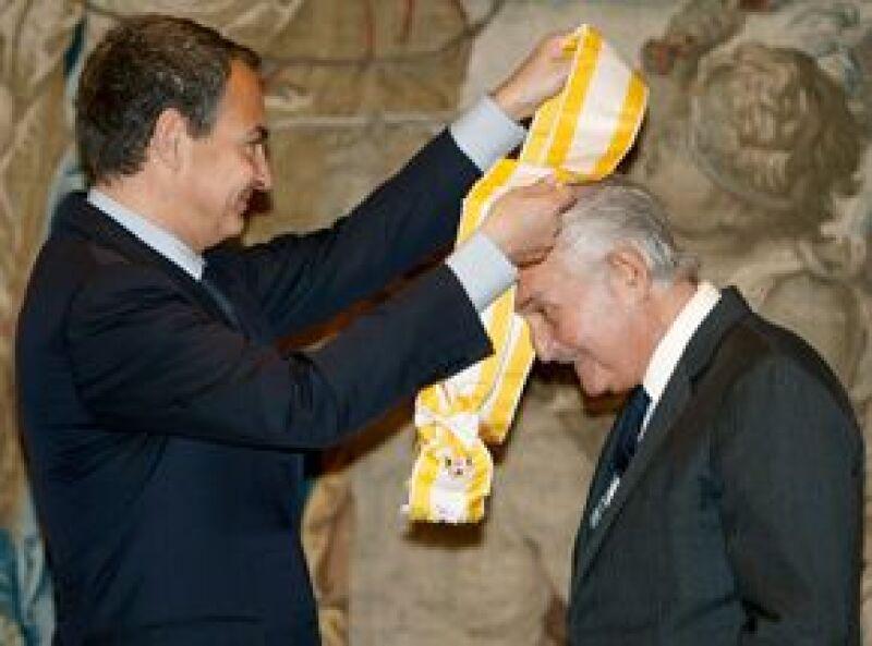 El escritor mexicano recibió este martes la Gran Cruz de Isabel La Católica, una de las distinciones más importantes que concede el gobierno español a personalidades extranjeras.