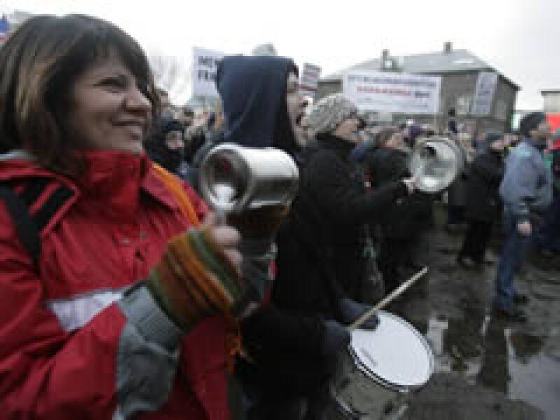 Los pobladores festejaron la caída del gobierno de Islandia. (Foto: Reuters)