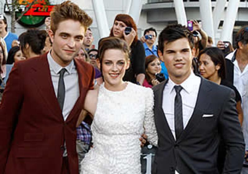 Los protagonistas de la saga, de izquierda a derecha: Taylor Lautner, Kristen Stewart y Robert Pattinson, en la premiere de Los Angeles. (Foto: Reuters)