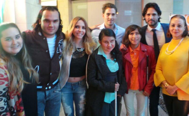 Mariana Abascal, Mariano Salgado, Erika Zaba, Esteban Abascal, José Ron y Domenica Naime de Salgado con niñas de la fundación.