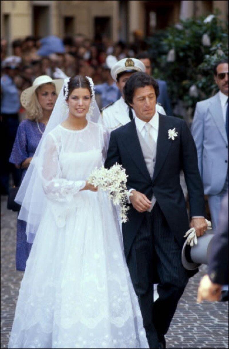 Aunque su primer matrimonio haya sido un fracaso, nadie olvidará a una guapísima Carolina fresca, joven y con aires bohemios caminando hacia al altar con Philippe Junot.