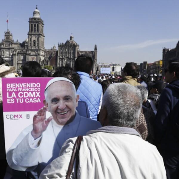 Muchas personas querían ver a Francisco, por lo que algunos tuvieron que hacerlo desde la distancia.