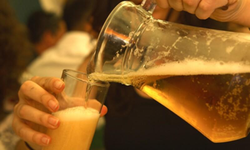 La medida busca disminuir el consumo de alcohol entre la población juvenil. (Foto: Getty Images)