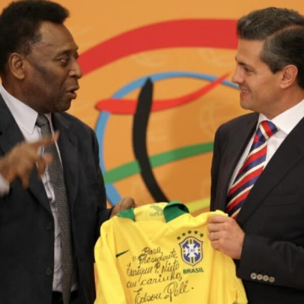 El exfutbolista brasileño coincidió con el presidente Enrique Peña Nieto, a quien le obsequió una playera autografiada.