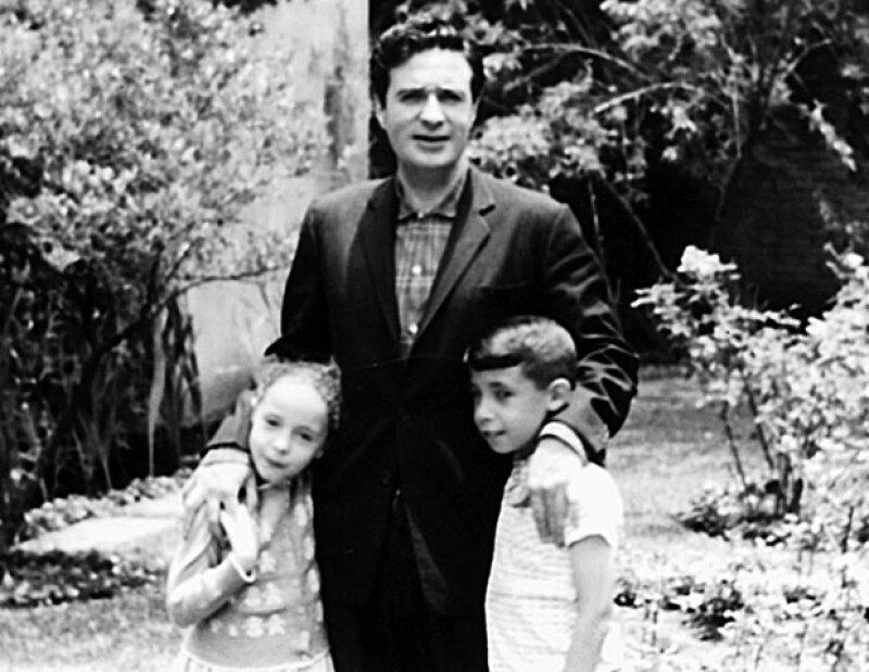 PADRE EJEMPLAR. Julio tuvo nueve hijos con su única esposa Susana Ibarra.Aquíconlosdosmayores,AnayPablo,enladécadadelos50.