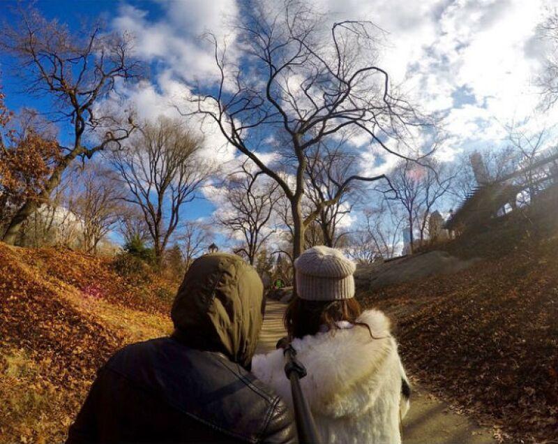 Nada mejor que una cita disfrutando de un romántico paseo invernal a pie.