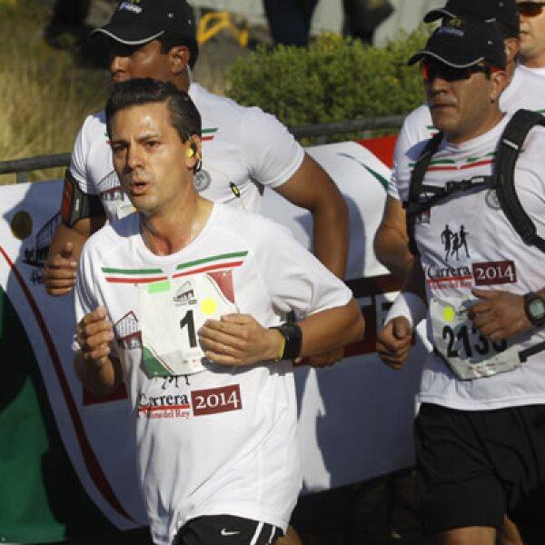 El presidente participó en la cuarta edición de la carrera de 10 kilómetros que arrancó en la fuente de Tláloc de la segunda sección del Bosque de Chapultepec.