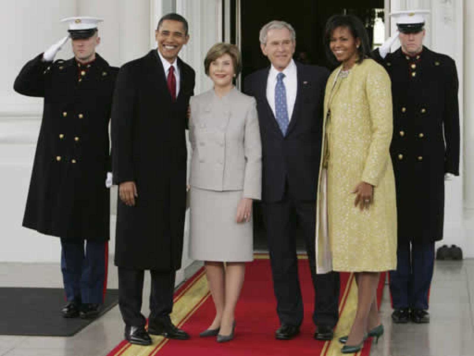 El aún presidente George W. Bush felicitó esta mañana a su sucesor en la Casa Blanca. Los acompañaron la todavía primera dama Laura Bush y la esposa de Obama, Michelle.