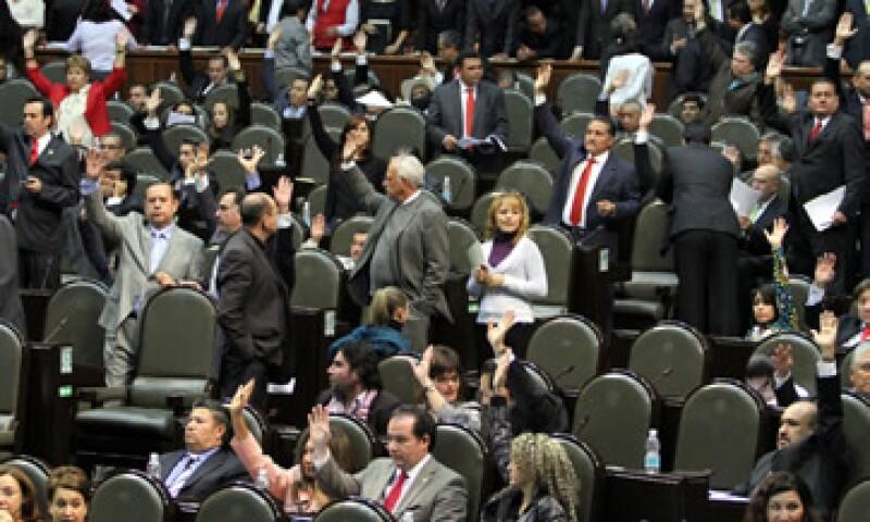 Emilio Chuayffet  turnó al titular del Ejecutivo federal el decreto de Presupuesto de Egresos 2012, por un monto de 3 billones 706,922 millones 200,000 pesos. (Foto: Notimex)