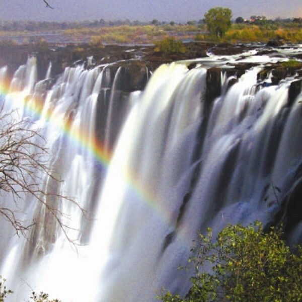 arcoiris lunar cataratas de victoria en Zambia