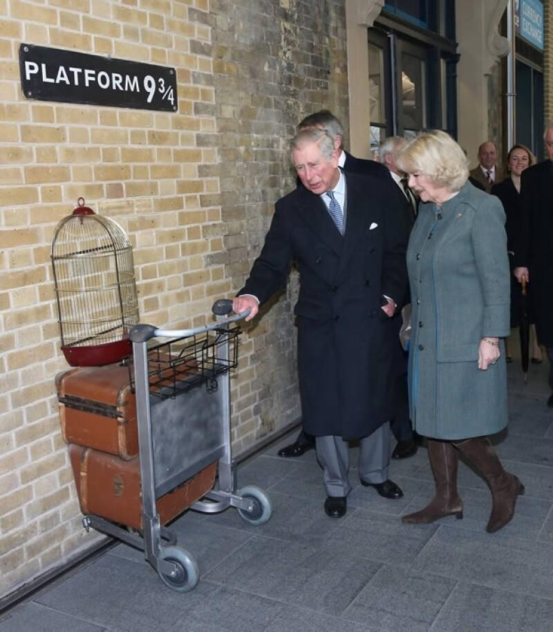 Carlos y Camila también vitaron el `andén 9 3/4´, mismo que se hizo famoso por la saga de Harry Potter.