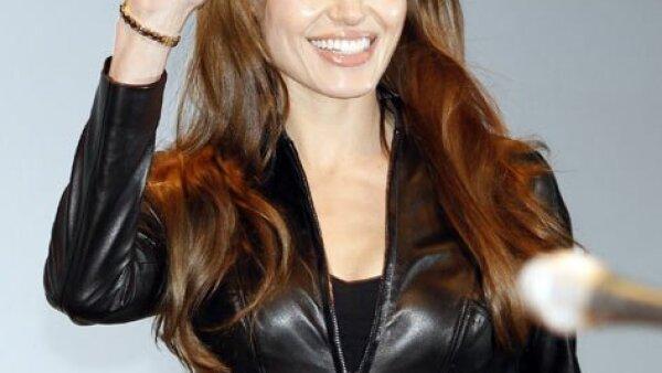 "Angelina Jolie llegó vestida de negro para presental ""Salt""."