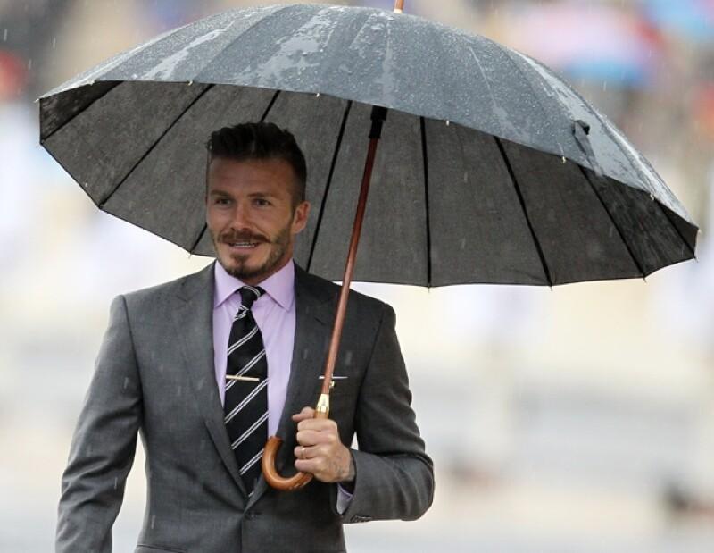 El futbolista será el encargado de resguardar la antorcha olímpica en su recorrido de Grecia hasta Inglaterra; participó en la ceremonia de entrega.