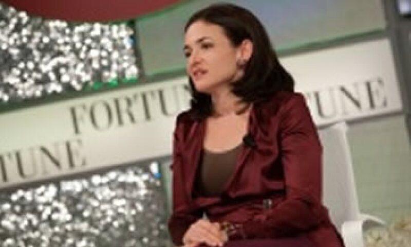 Sandberg es miembro del consejo de Walt Disney, directora de varias organizaciones no lucrativas, esposa del CEO de Survey Monkey y la madre de dos niños pequeños.  (Foto: Cortesía Fortune)
