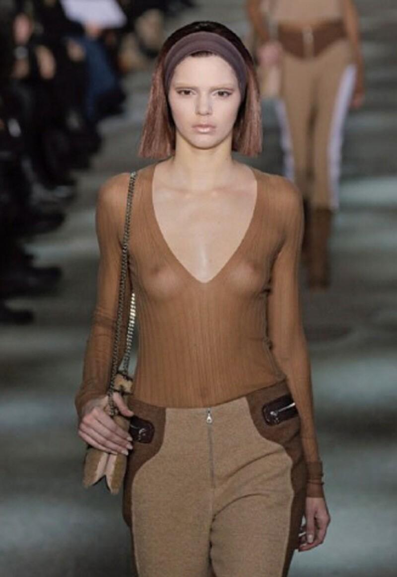 Kendall caminó por la pasarela vistiendo esa blusa y la foto fue quitada de su perfil.