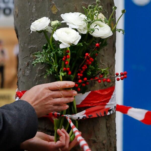 Por toda la ciudad de París hay homenajes en blanco, rojo y azul, los colores nacionales.