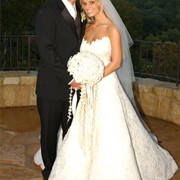 Jessica Simpson: Para su primera boda con Nick Lachey, la cantante escogió un modelo en corte A, con escote en corazón y encaje.