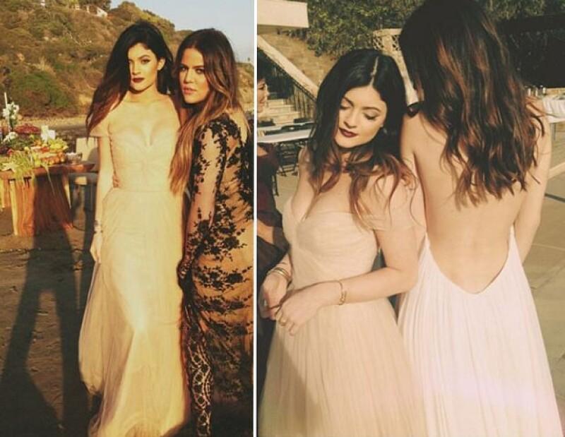En otras imágenes de la sesión de fotos vemos a Kylie posando junto a sus hermanas con vestidos largos.