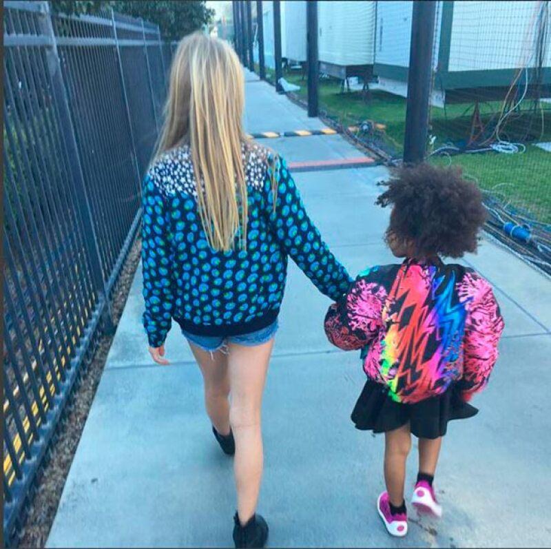 La actriz Gwyneth Paltrow compartió en Instagram una fotografía de su hija Apple caminando tomada de la mano con Blue Ivy.