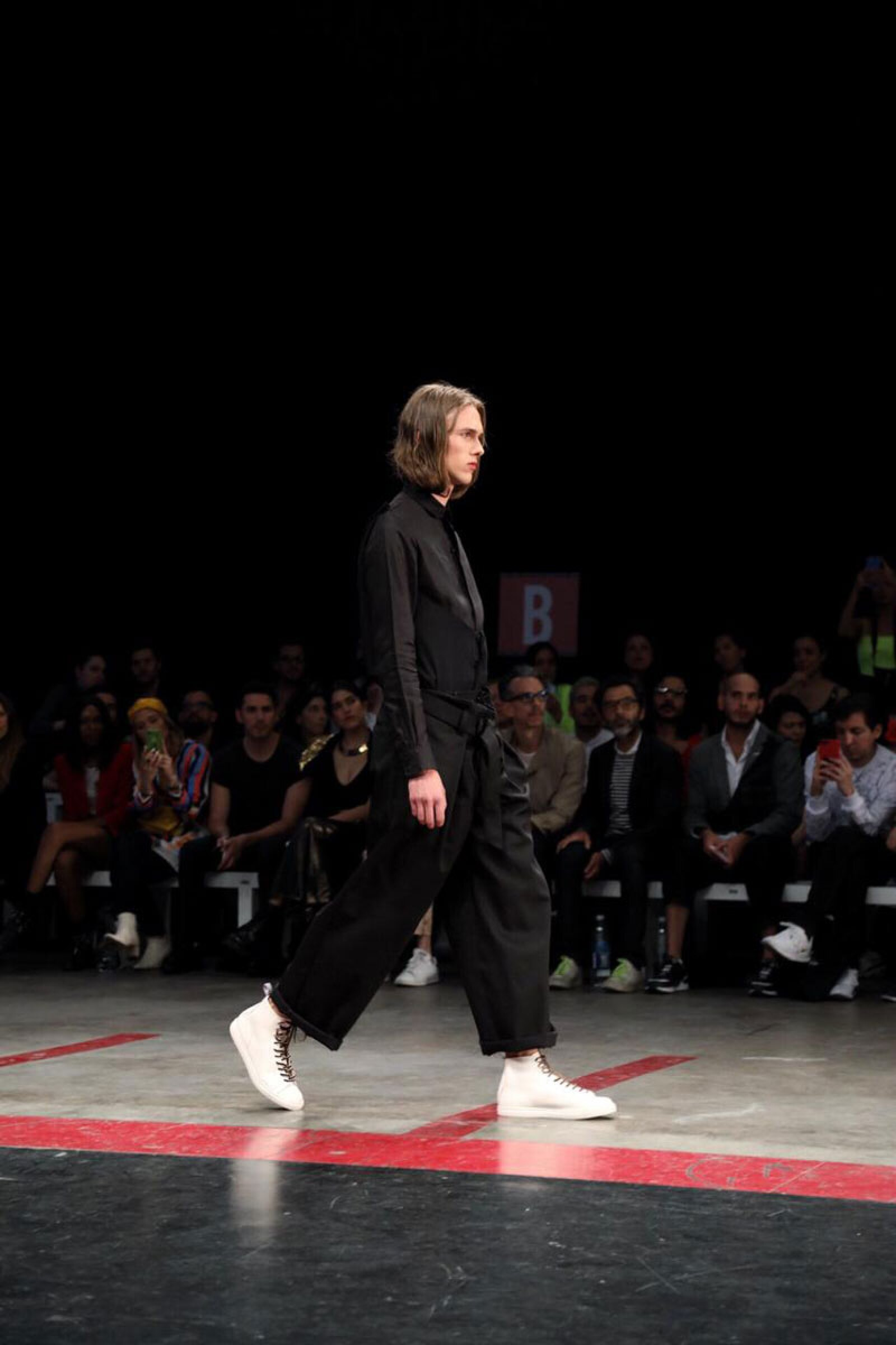 Boyfriends-Shirt-MBFWMx-Runway-White-Sneakers-And-Black-Jumpsuite