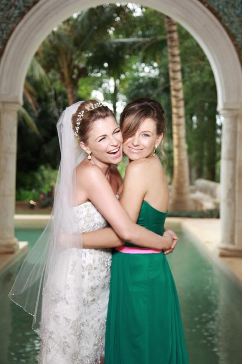 Ludwika compartió la felicidad por su boda con Emiliano Salinas al lado de su hermana. El vestido verde que llevaba Dominika, Ludwika lo recicló en su look para la boda de Sandra Echeverría.