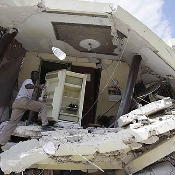 Tras el desastre natural, miles de construcciones se derrumbaron ante el movimiento telúrico, el mismo que ha dejado más de 50,000 muertos.