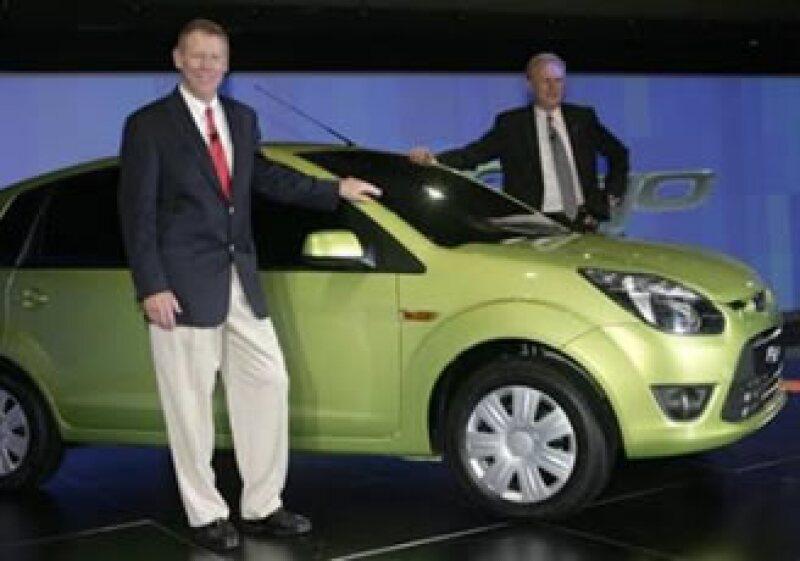 El presidente de Ford Motor, Alan Mulally, y el CEO, Michael Boneham, posan junto a un Ford Figo. (Foto: Reuters)
