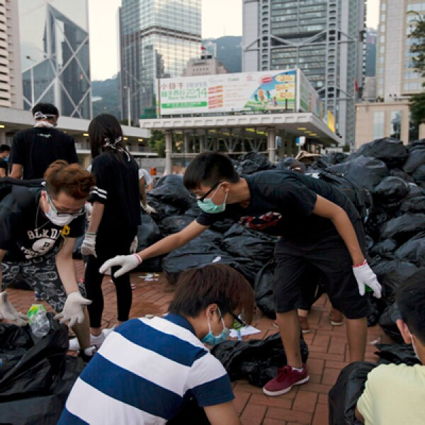 Otros están encargados de apartar las botellas del resto de la basura para que sean reutilizadas.