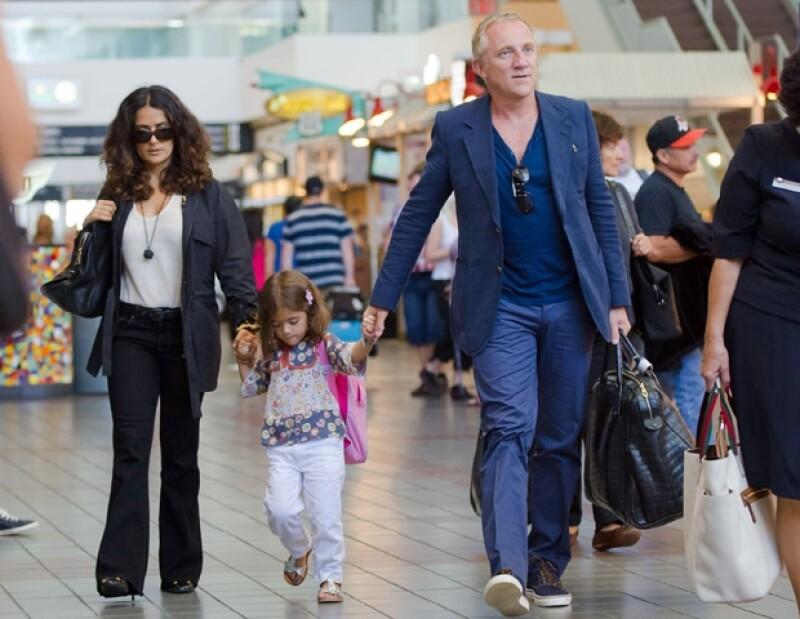 Salma Hayek, Valentina Paloma, Françoise Pinault en el aeropuerto de Los Ángeles, California.
