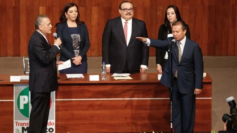 César Camacho Quiroz (derecha) rindiendo protesta ante el dirigente nacional del PRI Manlio Fabio Beltrones