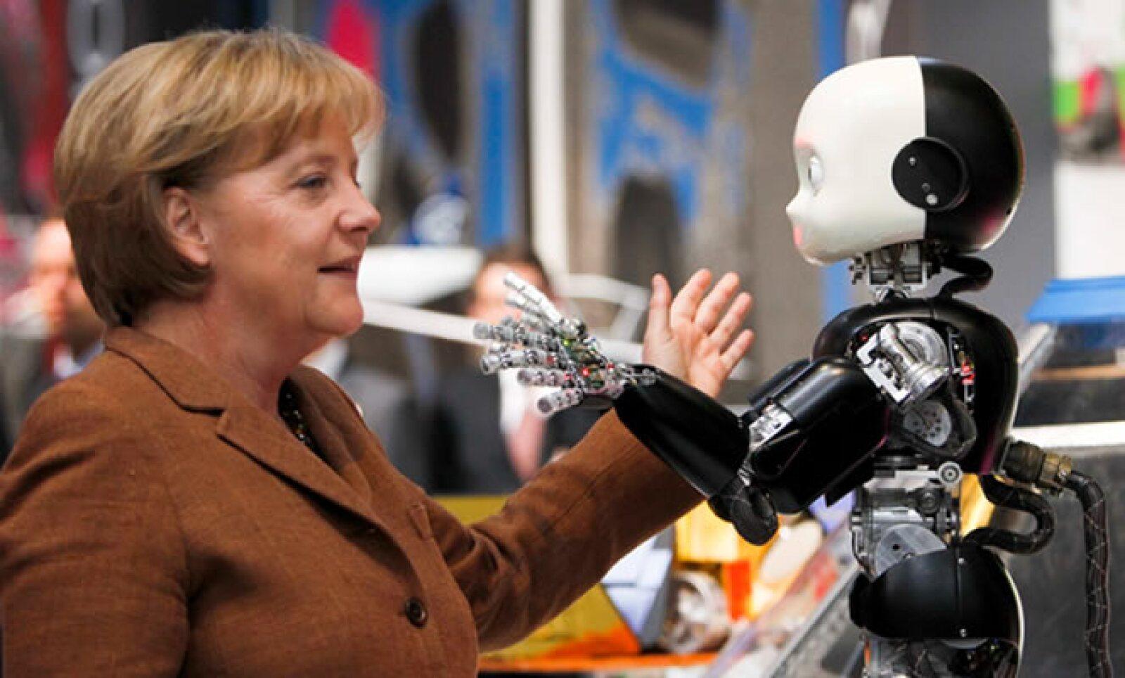 La canciller alemana Angela Merkel estuvo en la Feria y posó frente a un robot italiano que imitaba sus movimientos.