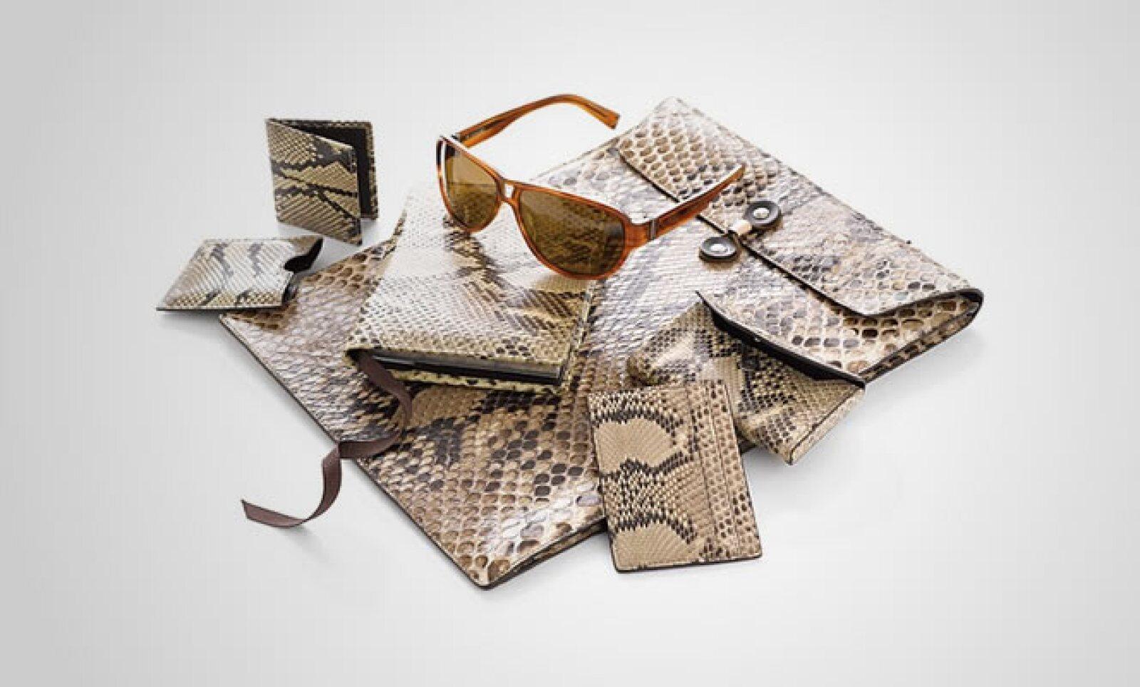 Este conjunto de cartera, bolsa, agenda, cosmetiquera y portatarjetas con acabado en piel y tintes de leopardo, combina con tu estilo y mantiene la discreción.